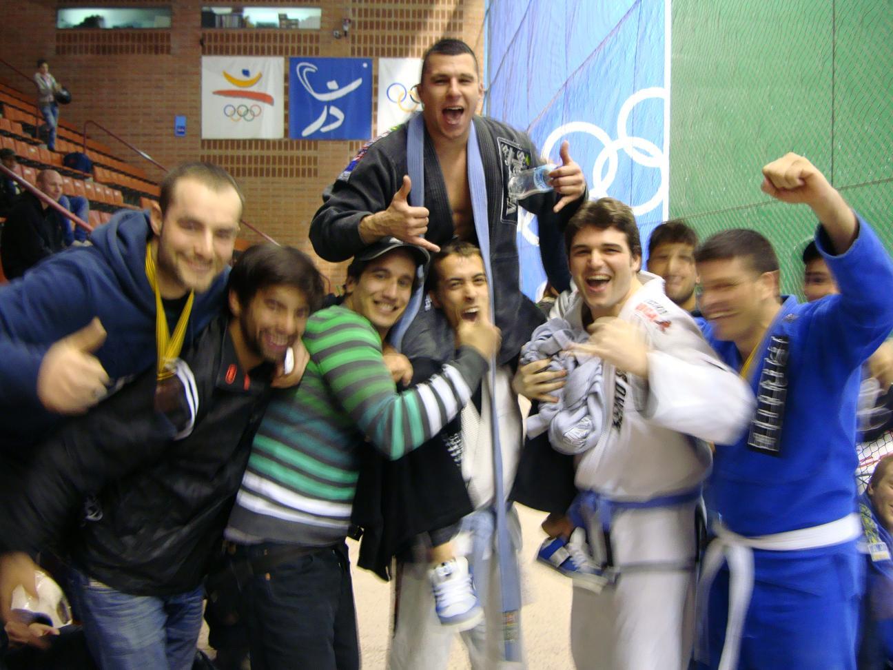 Parte del equipo Aranha BJJ celebrando la victoria de David