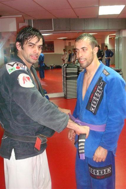 Yan poniendo el cinturón morado a Sergio