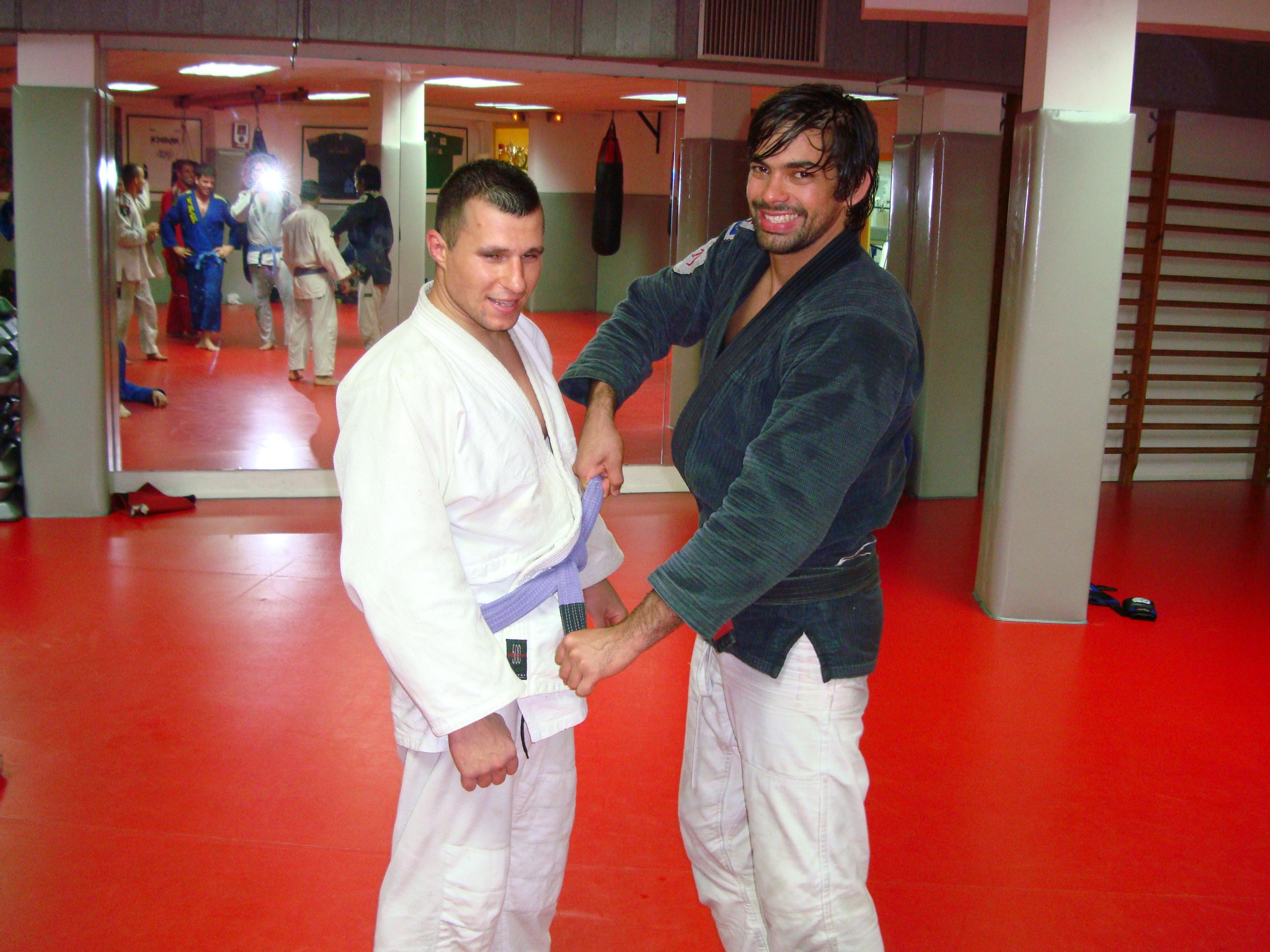 David Aranda recibiendo el cinturón morado